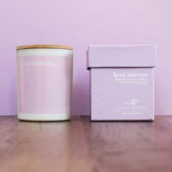 LITTLE SECRETS less stress wellbeing soya candle – Eνυδατικό αρωματικό κερί με άρωμα λεβάντας